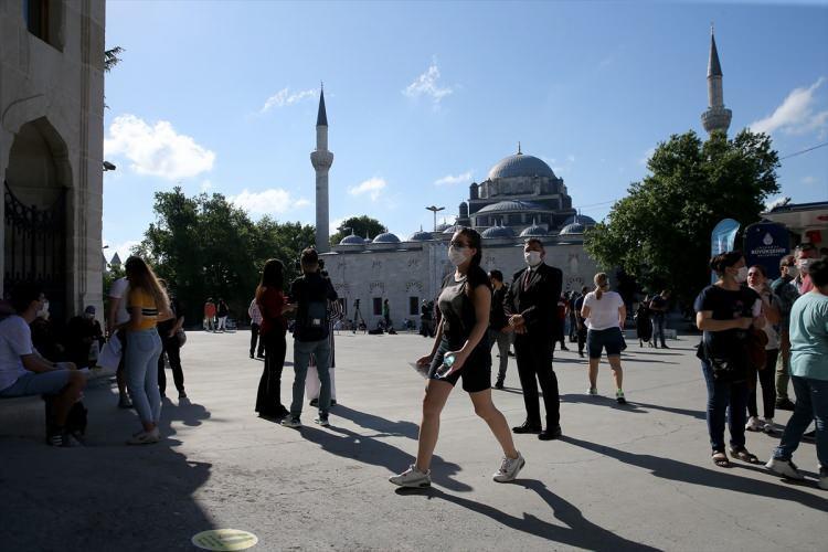 <p>Sınava dakikalar kala İstanbul Üniversitesi'ndeki sınav yerine gelen Seray Atay, pandemi sürecinin sınava hazırlığını çok etkilediğini söyledi.</p>