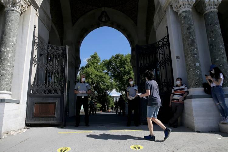 <p>Okul bahçelerinde öğrenciler sosyal mesafe kurallarına göre sıraya geçti.</p>