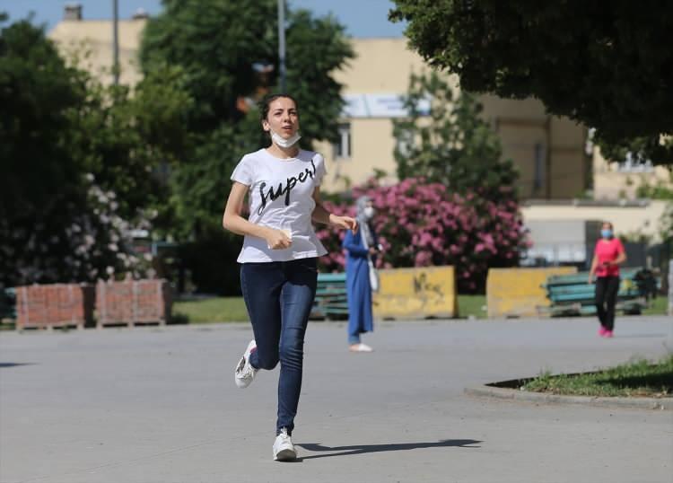 <p>İstanbul'da Yükseköğretim Kurumları Sınavı'nın(YKS) ilk oturumu olan TYT dolayısıyla sınava giren öğrencilerin yeni tip koronavirüs (Kovid-19) tedbirleri kapsamında okullara alınmaya başladı.</p>