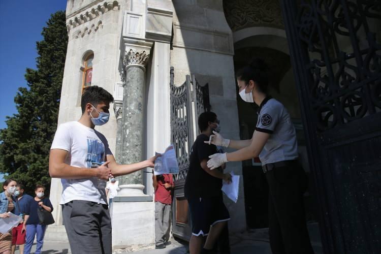 <p>elediye ekiplere öğrenci ve velilere su, dezenfektan ve maske dağıtımı yaptı.</p>