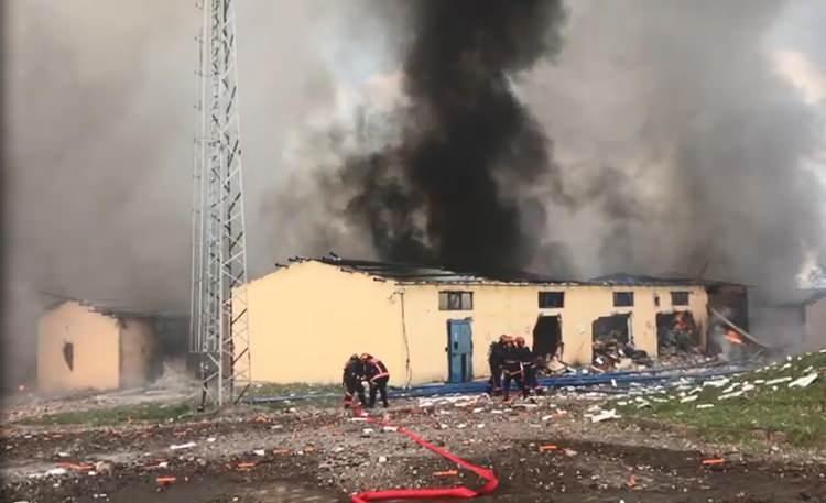 <p>Edinilen bilgilere göre, Sakarya'nın Hendek ilçesinde bulunan ve yaklaşık 150-200 kişinin çalıştığı havai fişek fabrikasında patlama meydana geldi. Patlamalar sonrasında bölgeye çok sayıda ekip sevk edildi. Patlamaların sürdüğü fabrikaya ekipler müdahale etmeye çalışıyor.</p>  <p></p>