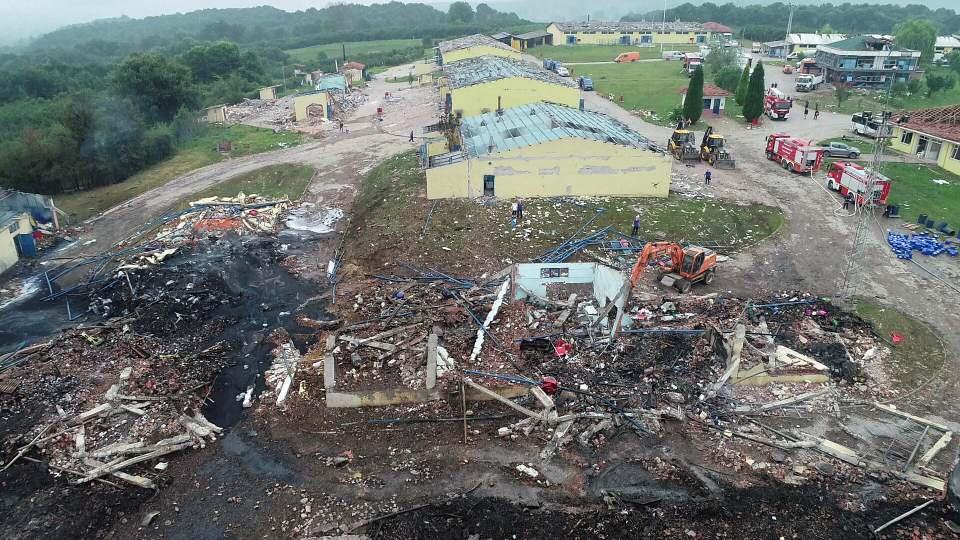 <p>Hendek ilçesi Yukarı Çalıca mevkiindeki havai fişek fabrikasında dün meydana gelen patlamada 4 kişi yaşamını yitirdi.</p>  <p></p>