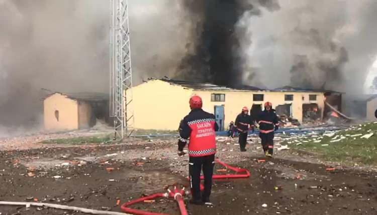 <p>Öte yandan 2014 yılında da aynı havai fişek fabrikasında meydana gelen bir patlamada 1 kişinin hayatını kaybettiği 2 kişinin ise yaralandığı öğrenildi.</p>  <p></p>