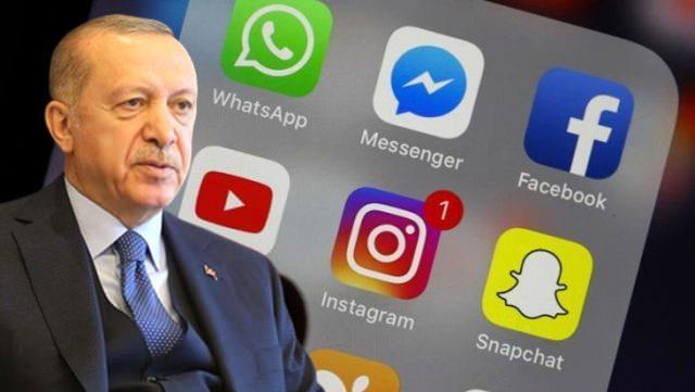 """<p><strong><span style=""""color:#B22222"""">RAFTAN İNİYOR</span></strong></p>  <p>Cumhurbaşkanı Erdoğan'ın talimatıyla kanun tekrar raftan inecek gibi görünüyor. Ulaştırma ve Altyapı Bakan Yardımcısı Ömer Fatih Sayan geçtiğimiz günlerde sosyal medya hesabından yaptığı açıklamada da bunun ipuçlarını verdi. Sayan, sosyal medya hesabından şu ifadeleri kullandı: Sosyal ağların, kişilerin kendilerini gizleyerek, sahte hesaplar aracılığıyla istedikleri şekilde suç işleyebilecekleri bir ortam olmasına müsaade etmeyeceğimizin bilinmesini isterim. Sayın Cumhurbaşkanı'mızın da belirttiği üzere; bu platformlar ya şirket politikalarında bulunan kurallara bizim ülkemizde de sadık kalacak ve dünya geneli ile aynı şekilde bizimle iş birliği yapacak ya da bunun bir karşılığı olacaktır.</p>"""