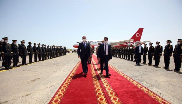 <p>MUTABAKAT KAPSAMINDA GÜVENLİK ZİRVESİ</p>  <p>Libya Savunma Bakan Yardımcısı Selahaddin Abdullah en-Nemruş, Genelkurmay Başkanı Korgeneral Muhammed eş-Şerif, Deniz Kuvvetleri Komutanı Abdulhakim Abuhalia ile Türkiye'nin Trablus Büyükelçisi Serhat Aksen ve diğer Türk ve Libyalı yetkililerce karşılanan Akar, tören kıtasını selamladı.</p>