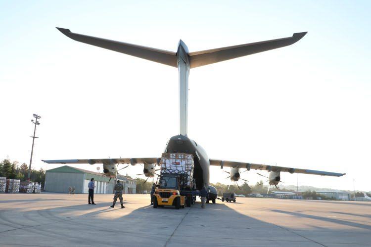 <p>Yardım malzemeleri Etimesgut Askeri Havaalanı'nda Türk Silahlı Kuvvetlerine ait A-400M tipi askeri kargo uçağı'na yüklendi.</p>