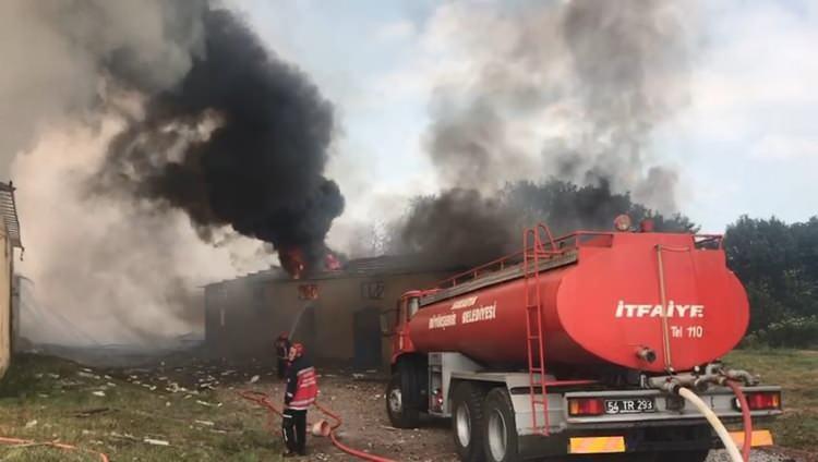 <p>Sakarya'nın Hendek ilçesinde bulunan bir fabrikada meydana gelen patlamalar sürerken, bölgeye çok sayıda ekip sevk edildi.</p>