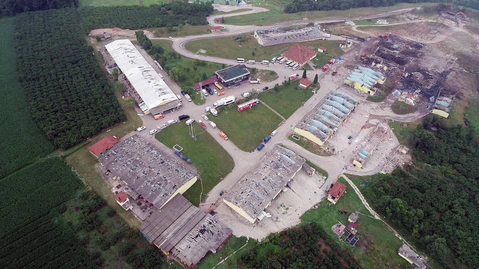 <p>Sakarya'nın Hendek ilçesinde 4 kişinin öldüğü havai fişek fabrikasında ekiplerin soğutma ve kayıp 3 kişiyi arama çalışmaları devam ediyor. Fabrika alanındaki çalışmalar, drone ile havadan görüntülendi.</p>