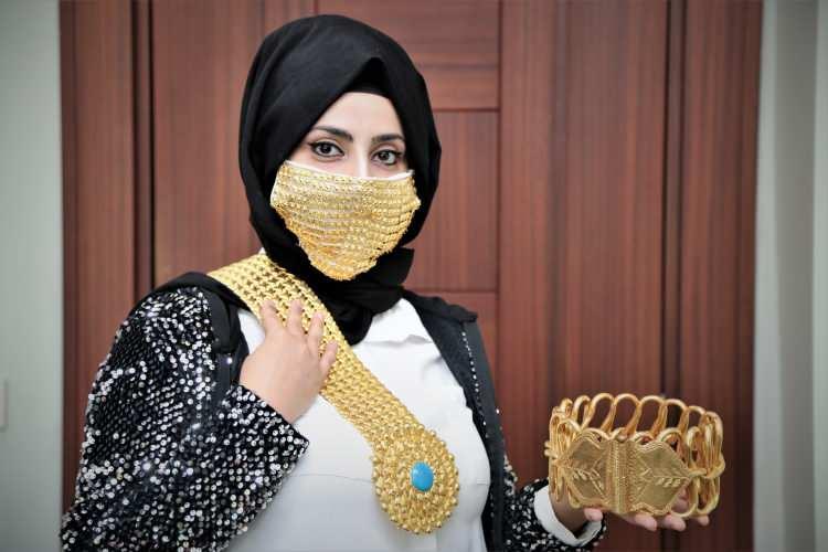 <p>Öz, Kahramanmaraş'ın altın takı üretiminde İstanbul'dan sonra en büyük üretici olduğuna dikkati çekerek, geleneksel tarzda üretim yapan ustaların becerilerinin sektöre çok ciddi katkı sağladığını sözlerine ekledi.</p>  <p></p>