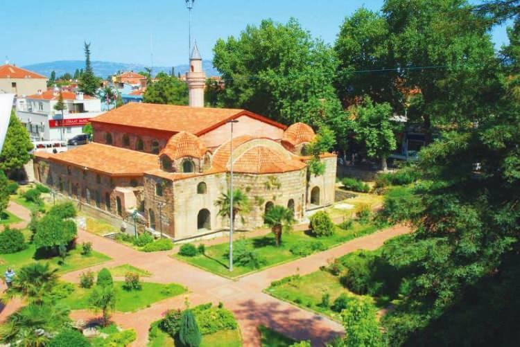 <p><strong>8-İZNİK AYASOFYASI: </strong>İznik'in en önemli tarihi yapısı Ayasofya, MS 325 tarihindeki ünlü İznik Konsili toplantısına ev sahipliği yapmasıyla dünyaca ünlü bir yapı. İnşa tarihi net olmasa da 8. yüzyılda onarıldığı, 1065 depreminde yıkılınca zemini yükseltilerek yeniden ayağa kaldırıldığı biliniyor. 1331'de İznik'i fetheden Orhan Gazi tarafından camiye çevrildi. 1960'ta müzeye dönüştürülen yapı, 6 Kasım 2011'de tekrar cami olarak kullanılmaya başlandı.</p>  <p></p>