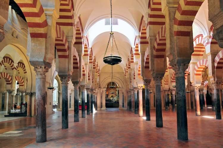<p>Ancak yapı hala İspanyolca'da mescid anlamına gelen 'Mezquita' olarak isimlendiriliyor.</p>