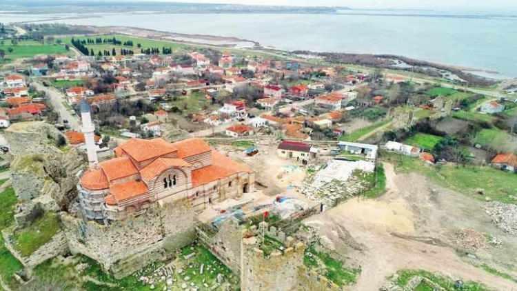<p><strong>3-EDİRNE AYASOFYASI: </strong>Enez'in Osmanlılar'ca alınmasının ardından buradaki Ayasofya Kilisesi, Fatih Sultan Mehmet tarafından camiye çevrildi. 1962'ye kadar cami olarak kullanılan yapının çatısı ve bazı duvarları 1965 depreminde çöktü. Cami olarak kullanıma devam edecek mabedin onarım çalışmalarında sona gelindi.</p>  <p></p>