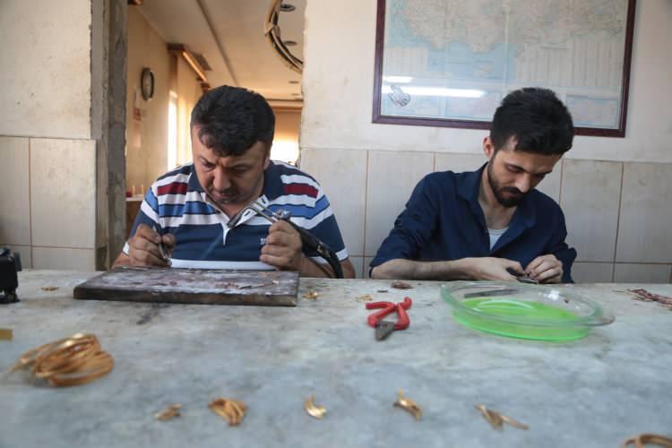 """<p>Sektörün öncü kentlerinden Kahramanmaraş'ta, ağırlıklı olarak """"22 ayar"""" altın işlemeciliği yapıp Türkiye'nin her yerinde vitrinleri süsleyen kuyumcu esnafı, Kovid-19'dan korunmak için hayati önem taşıyan maskeye düğün hazırlığını sürdüren çiftler için yeni bir anlayış kazandırdı.</p>  <p></p>"""