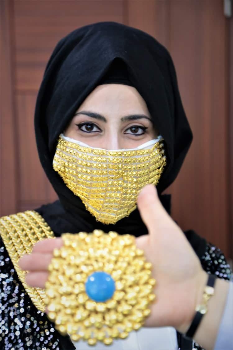 <p>Bir kuyumcu, normal yaşamda olduğu gibi düğün ve nikah töreni sırasında da takılması zorunlu olan maskeleri altınla kapladı.</p>  <p></p>