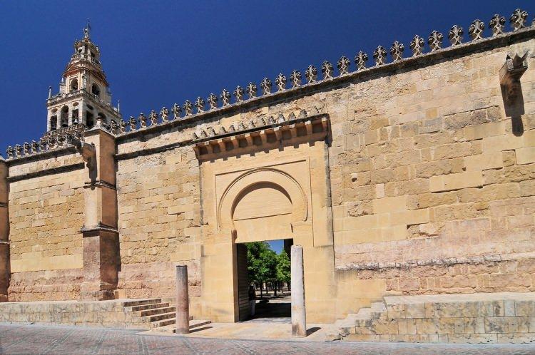 <p>Caminin kare minaresinin kenarları 8,48 metre. Kubbe sisteminde üst üste binen kemerlerde kırmızı beyaz mermer kullanılmış.</p>