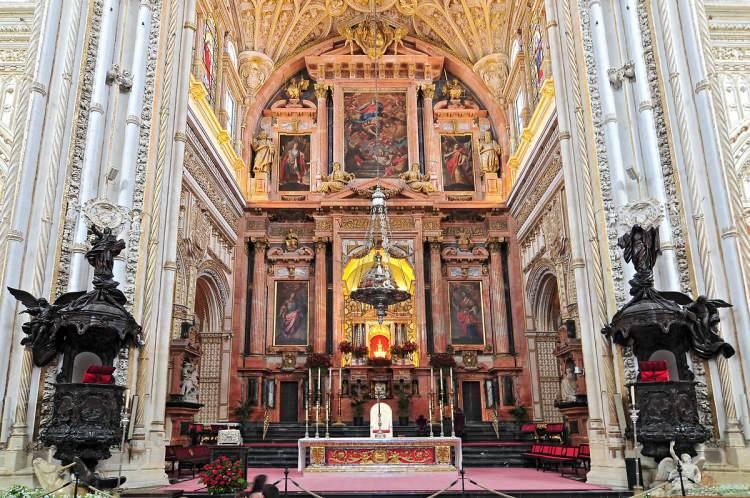 <p>İspanya'nın Córdoba (Kurtuba) şehrinde, şehrin ortasından geçen Guadalquivir (Vad'il Kebir) ırmağının kenarında bulunan ve dünyanın en büyük ve en eski camilerinden biri olan Kurtuba Camii, yapılan eklemelerle 175 metre uzunlukta, 134 metre genişlikte muazzam bir yapıya dönüşmüştü.</p>