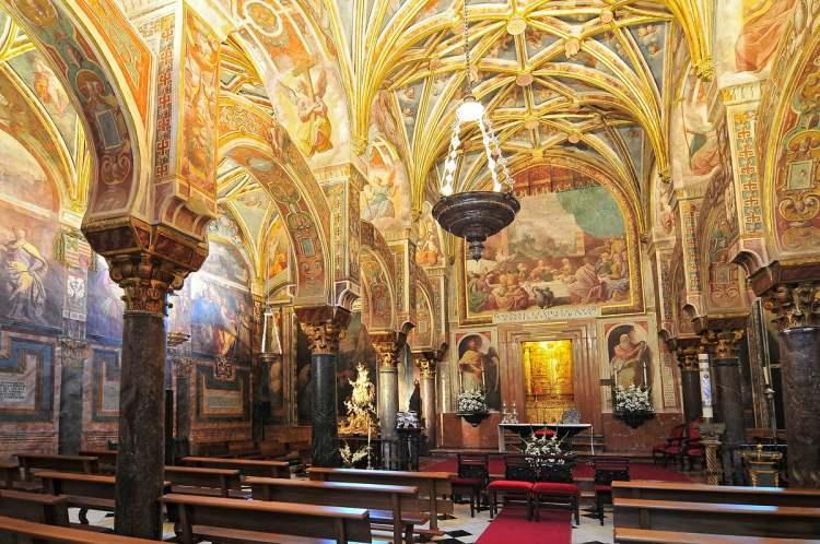 <p>Mabedin bir diğer özelliği de kemerlerin iki katlı olması. 1236'da katedrale çevrilen camiye, 1523'te çeşitli ilaveler yapılmış fakat bu arada orta kısımlardan 63 adet çok güzel sütun kaldırılmış.</p>
