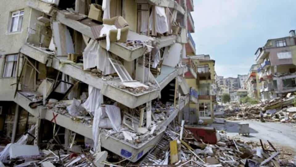 """<p>İstanbul Büyükşehir Belediyesi tarafından hazırlanan ve 39 ilçedeki olası deprem kayıpları ile hasarlarını ortaya koyan """"İstanbul Olası Deprem Kayıp Tahminlerinin Güncellenmesi Projesi Kitapçığı""""nda yer alan bilgiler, uzmanlar arasında tartışılırken, riskli mahallelerdeki durum tüm detaylarıyla ortaya konuldu.</p>  <p></p>  <p></p>"""