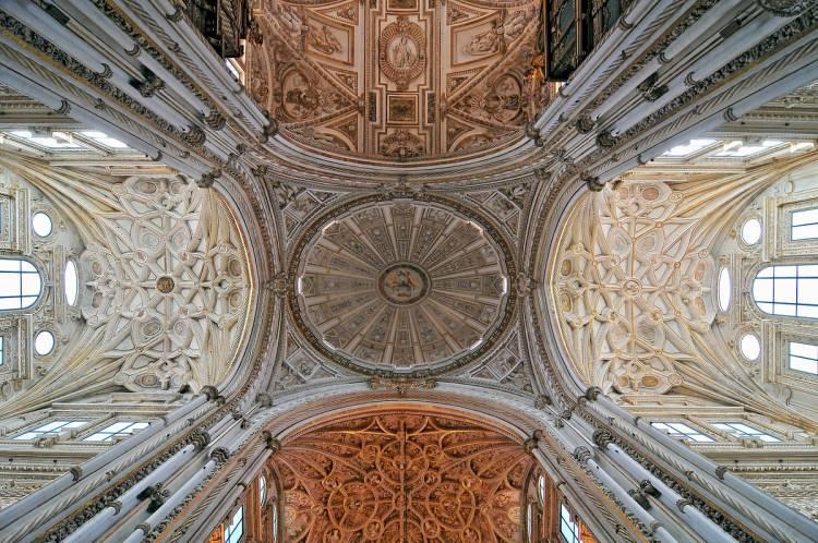 <p>Cami içinde 1293 sütun bulunuyor. Oymalı mermer mihrabı bütün camiler içinde en güzel mihraplardan olan Kurtuba Camii'nin duvarlarındaki kufi yazılar lacivert zemine altınla yazılmış.</p>