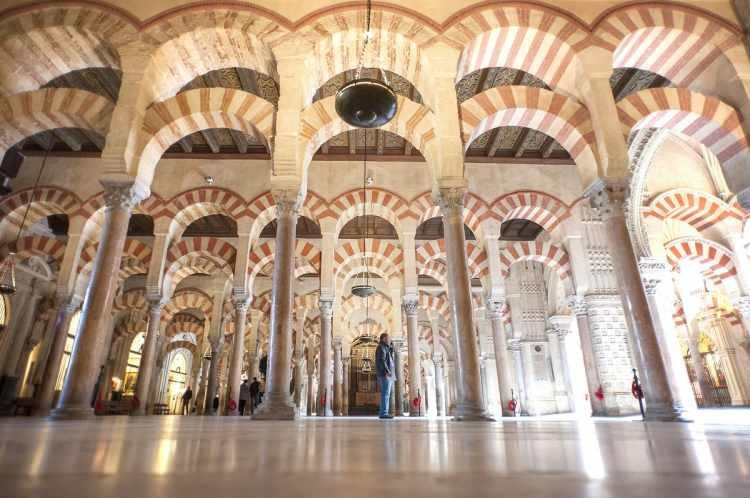 <p>Asırlarca görkemini koruyan cami, kentin 1236 yılında Kastilya Krallığı'nın eline geçmesinin ardından Córdoba Katedraline dönüştürülmüş.</p>
