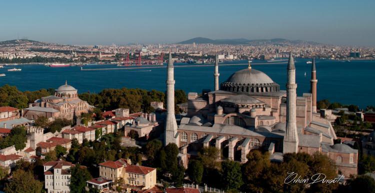 """<p>""""Adaleti; hak ve hukuk, huzur ve asayişle, can, mal, ırz, namus emniyetiyle, minareleri ve kubbeleriyle Konstantiniyye'yi İstanbul yaptı Fatih. Artık İstanbul karış karış; taş taş; toprak toprak bir İslam beldesiydi.""""</p>"""