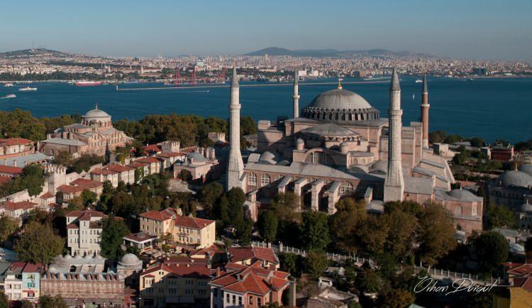"""<p>""""Aradan beş asır geçti, bu saadet ülkesinde bir fırtına çıktı, kavurdu her tarafı, Ayasofya'da ezan sustu. Maddesiyle elimizde olan İstanbul, manasıyla metruk bir belde olmuştu.""""</p>"""