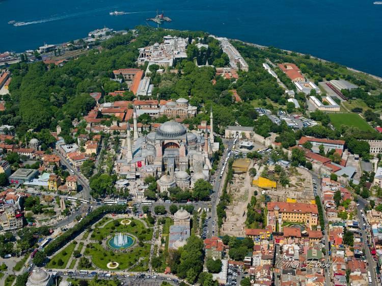 """<p>""""Bir başka diyar olmuştu İstanbul. Fethin ruhuna taban tabana zıt hareketlerle İstanbul'a gerçekten sahip olmak mümkün mü? Gerçek fethi Ayasofya'yı matemden kurtarıp İstanbul'un manasını iade edince anacağız.""""</p>"""