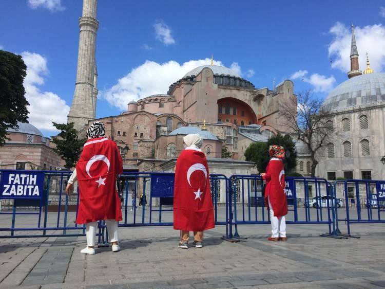 <p>Ellerinde Türk Bayrakları bulunan çok sayıda kişi, dua edip tekbir getiriyor. Her sene zaman kalabalık artıyor.</p>