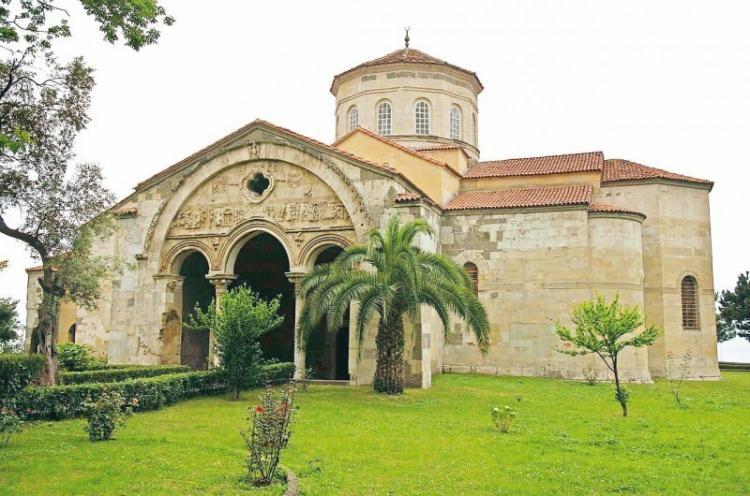 <p><strong>5-TRABZON AYASOFYASI: </strong>Trabzon'un Fatih Mahallesi'ndeki Ayasofya, 1584'te dönemin Anadolu Beylerbeyi Kürd Ali Bey tarafından camiye dönüştürüldü. Daha sonra müzeye çevrilen Ayasofya 2013 yılında yeniden cemaatine kavuştu.</p>  <p></p>