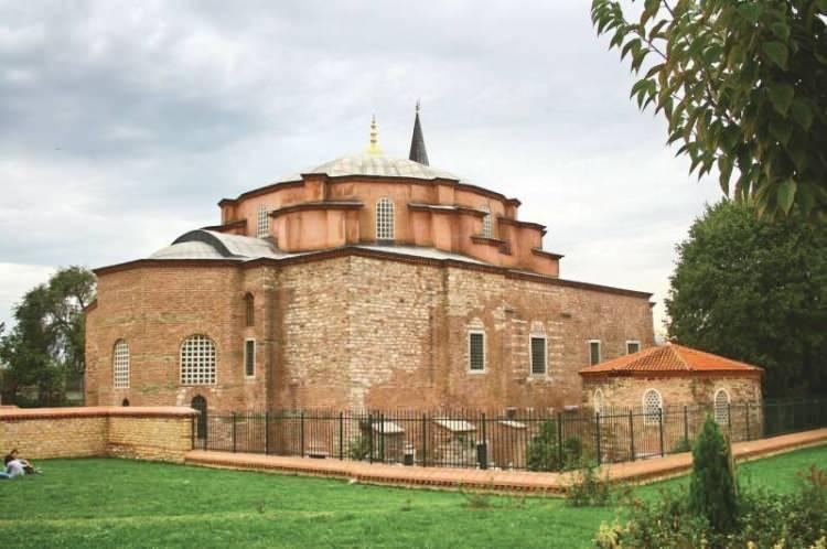 <p><strong>2-KÜÇÜK AYASOFYA (İSTANBUL):</strong> Küçük Ayasofya Mahallesi'nde, demiryolunun kenarında bulunuyor. İmparator Justinianos tarafından 536'da inşa ettirilen yapı, 15. yüzyılda II. Bayezid döneminde camiye dönüştürüldü.</p>  <p></p>