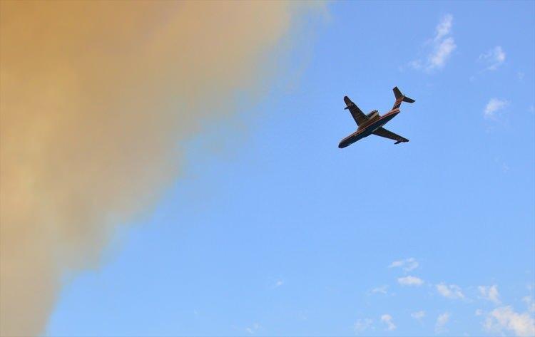 <p>Gelibolu Yarımadası'ndaki orman yangını poyrazın etkisiyle büyürken, 20 helikopter 2 uçak, 107 arazöz ve 400'den fazla personel yangına canla başla müdahale ediyor.</p>