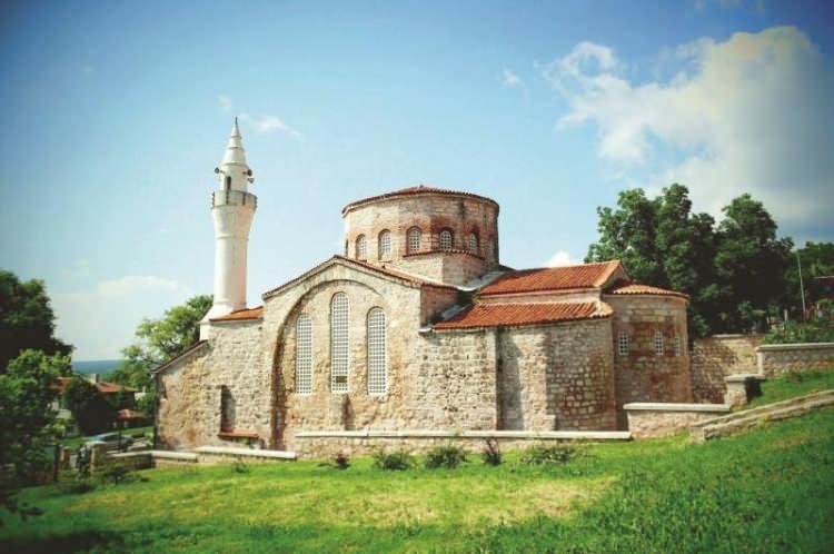 <p><strong>4-GAZİ SÜLEYMAN PAŞA CAMİ (KIRKLARELİ): </strong>Kırklareli'nin Vize ilçesindeki Küçük Ayasofya ya da Gazi Süleyman Paşa Cami olarak bilinen yapı. İlk kez 19. yüzyıla ait belgelerde Ayasofya Cami olarak anılan yapının Doğu Roma dönemindeki adı ise tam olarak bilinmiyor.</p>  <p></p>