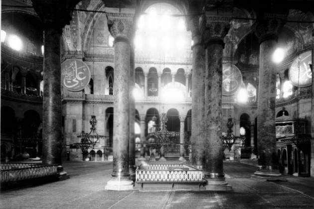 <p>1935 yılında alınan kararla müzeye çevrilen Ayasofya'nın 1904 yılında henüz cami olarak kullanıldığı döneme ait fotoğraflar...</p>