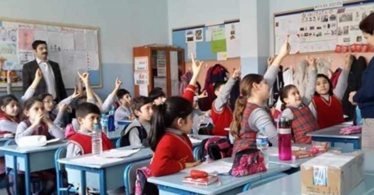 <p>Son dakika haberi: Milli Eğitim Bakanı Ziya Selçuk, okulların açılmasıyla ilgili son dakika açıklaması yaptı. Bakan Ziya Selçuk, 31 Ağustos olarak açıklanan okulların açılış tarihiyle ilgili olarak o dönemde neler yaşanacağının bilinmediğini ve vaka sayılarına göre Bilim Kurulu önerileri doğrultusunda hareket edeceklerini söyledi. Bakan Selçuk, tedbirlerin alındığını açıklanan tarihte de maratona hazır olduklarını söyledi.</p>