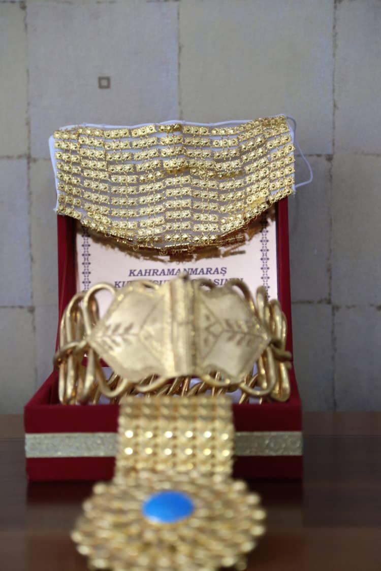 """<p>Kuyumcunun ortaklarından da olan Kahramanmaraş Kuyumcular Odası Başkanı Hacı Mustafa Öz, AA muhabirine yaptığı açıklamada, oda yönetimi ve kuyumcu esnafıyla birlikte aldıkları kararla """"altın süslemeli maske"""" dönemini başlattıklarını söyledi.</p>  <p></p>"""