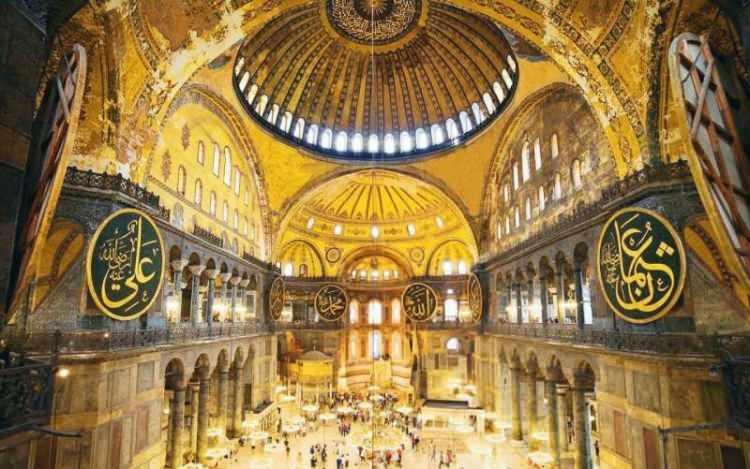 <p><strong>1-AYASOFYA (İSTANBUL):</strong> Bizans İmparatoru I. Jüstinyen tarafından MS 532-537 yılları arasında tarihi yarımadadaki eski şehir merkezine inşa ettirilmiş bazilika planlı bir patrik katedrali. 1453 yılında İstanbul'un fethinden sonra, Fatih Sultan Mehmet tarafından camiye dönüştürüldü. 1934'te müzeye çevrilen bina 10 Temmuz 2020'de yeniden cami oldu.</p>  <p></p>