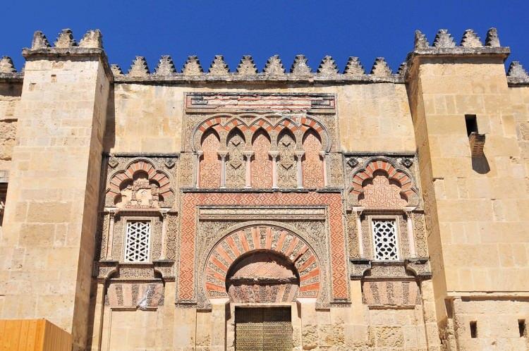 <p>İspanya'nın Cordoba şehrinde sonradan kiliseye çevrilmiş olan Kurtuba Camii, Endülüs İslam döneminin ayakta kalan en anıtsal ve ihtişamlı eseri.</p>