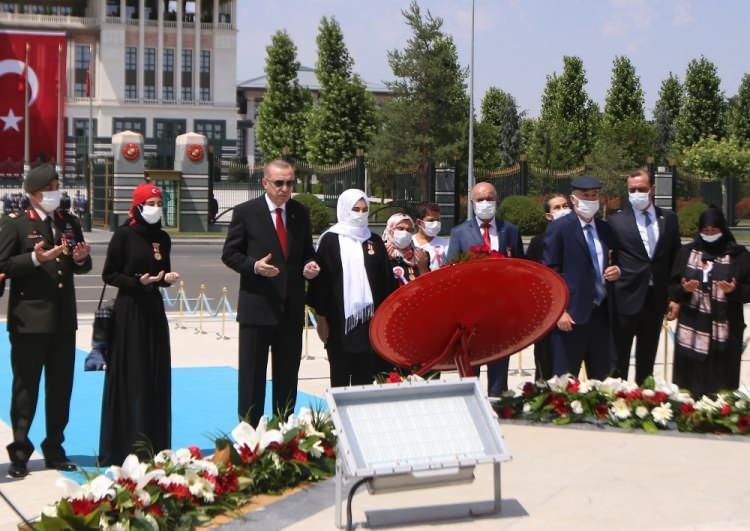 <p>Cumhurbaşkanı Recep Tayyip Erdoğan, 15 Temmuz darbe girişiminin 4. yıl dönümünde 15 Temmuz Şehitler Abidesi'ne çiçek bıraktı.<br /> </p>
