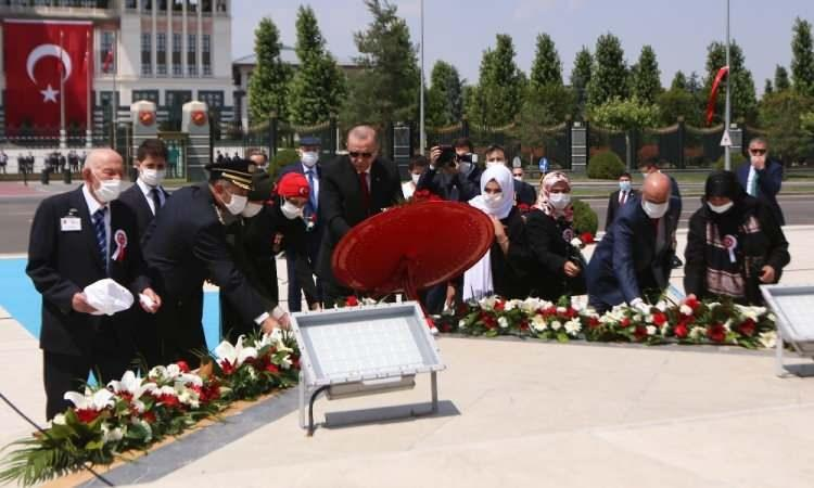 <p>Cumhurbaşkanı Erdoğan, 15 Temmuz Demokrasi ve Milli Birlik Günü dolayısıyla düzenlenen programda Cumhurbaşkanlığı Külliyesi önünde bulunan 15 Temmuz Şehitler Abidesi'ne çiçek bıraktı.</p>