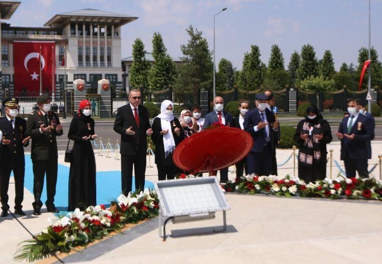 <p>Bazı şehit yakını ve gazilerle birlikte Külliye'den Şehitler Abidesi'ne yürüyen Erdoğan'a kısa süre önce Cumhurbaşkanı Başdanışmanlığı görevine atanan 15 Temmuz gazisi eski Emniyet Genel Müdürlüğü Terörle Mücadele Daire Başkanı Turgut Aslan da eşlik etti.</p>