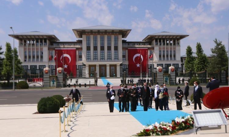 <p>15 Temmuz Şehitler Abidesi'ne çicek bırakan Başkan Erdoğan, daha sonra ise şehitler için dua etti.</p>