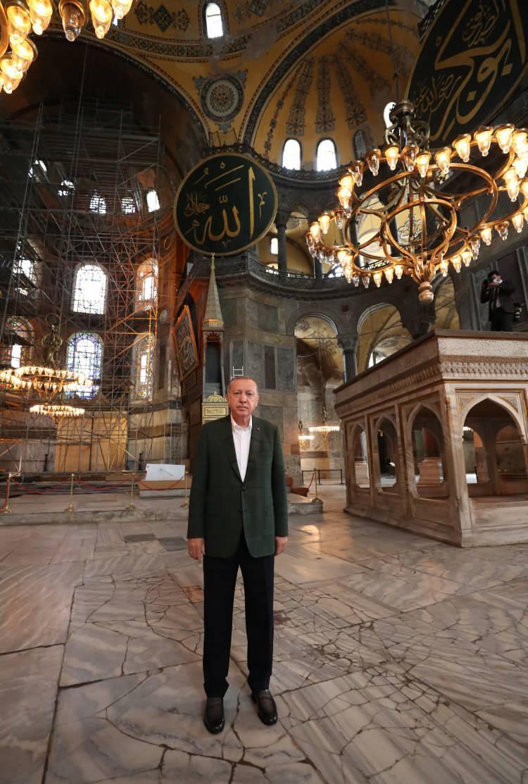 <p>Başkan Recep Tayyip Erdoğan, Cuma günü ibadete açılacak olan Ayasofya Camii'nde incelemelerde bulundu.</p>