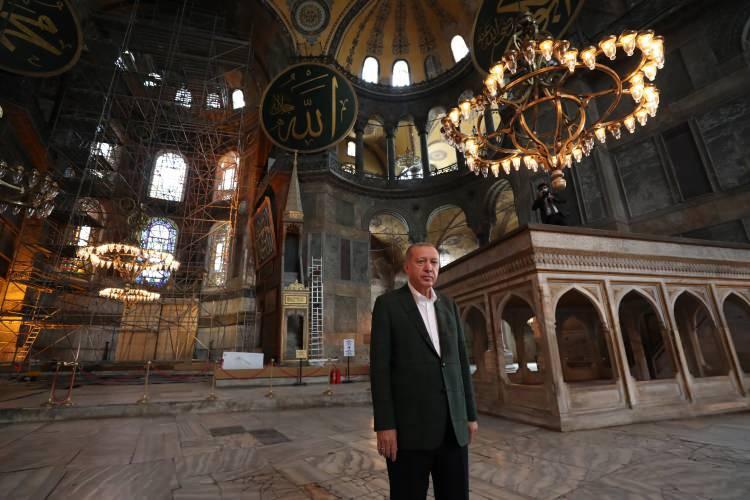 <p>Başkan Erdoğan'a, İçişleri Bakanı Süleyman Soylu, Kültür ve Turizm Bakanı Mehmet Nuri Ersoy, Diyanet İşleri Başkanı Ali Erbaş ve İstanbul Valisi Ali Yerlikaya da eşlik etti.</p>