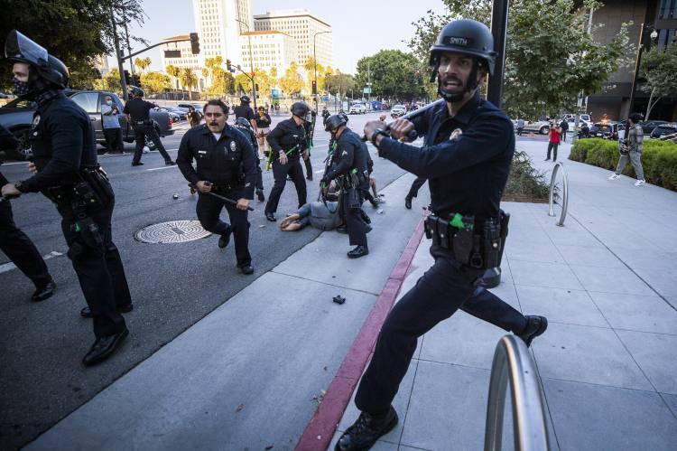 <p>ABD'de siyahi George Floyd'un polis tarafından öldürülmesinin ardından başlayan ırkçılık karşıtı eylemler haftalardır birçok şehirde devam ediyor.</p>