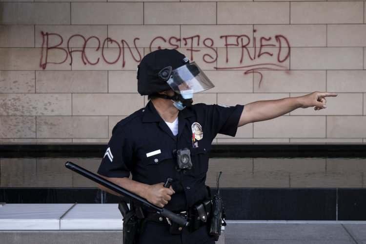 <p>Saldırının ardından polis ve göstericiler arasında arbede çıkarken, çok sayıda gösterici gözaltına aldı.</p>