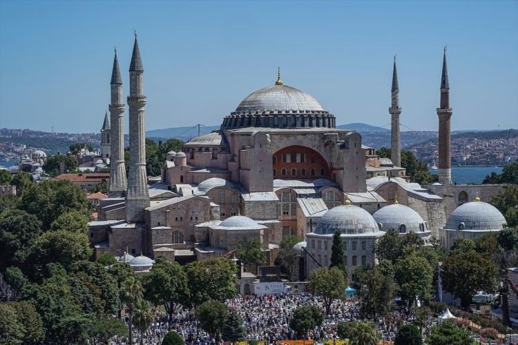<p>Ayasofya'ya duyulan ilgi yalnızca Müslümanlarla da sınırlı kalmadı. Özellikle bu tarihi gün, yabancı basın kuruluşlarının da takibinde oldu.</p>