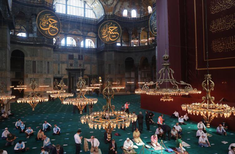 <p>Ayasofya'nın camiye dönüştürülmesi kararından beri durumu yakından takip eden dünya basını bu tarihi günde de manşetlerini Türkiye'ye ayırdı.</p>