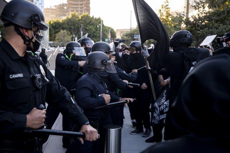 <p>California eyaletine bağlı Los Angeles kentinde yüzlerce kişi ülkede artan ırkçılığı ve polis şiddeti protesto etmek amacı ile bir araya geldi.</p>