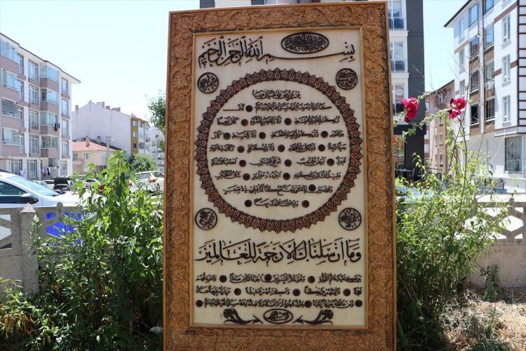 <p>Kenarlar Selçuklu-Osmanlı mimarisinde kullanılan motiflerle bezenmiş. El oymacılığıdır. Onun dışındaki bölümler kıl testereyle kesim ve ahşap kakma olarak yapılmıştır.</p>