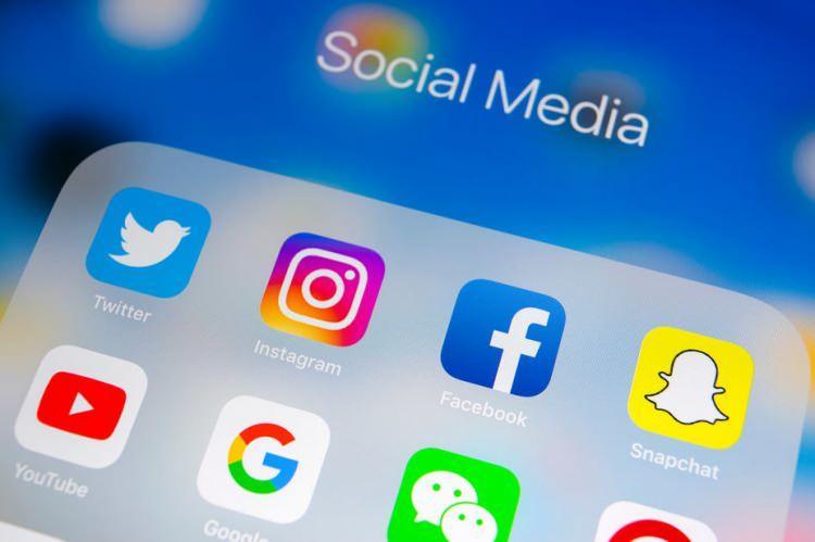 """<p>Facebook, Twitter ve Instagram sosyal ağlar yasada """"Sosyal Ağ Sağlayıcı"""" olarak tanımlanıyor. Sosyal Ağ Sağlayıcı tanımının içeriği ise internet ortamında sosyal etkileşim amacıyla metin, görüntü, ses, konum gibi içerikleri oluşturmalarına, görüntülemelerine veya paylaşmalarına imkan sağlayan gerçek veya tüzel kişilerolarak karşımıza çıkıyor.</p>"""